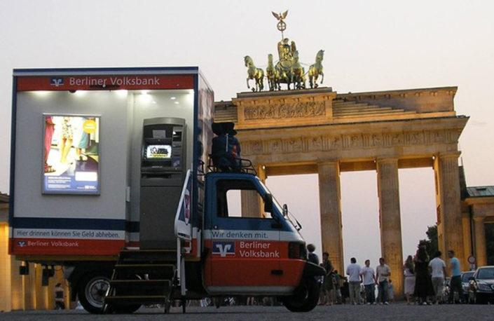 Zaster Laster vor dem Brandenburger Tor